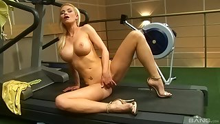 Perfect solo babe plays with her snatch at the gym